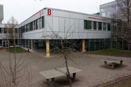 Außengebäude mit Schulhof
