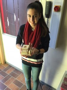 """Schülerin der  7. Klasse mit ihrem fertigen Werkstück, dem """"Stiftehalter"""""""